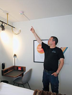 Andreas Lundqvist, Seal Scandinavia, visar rökdetektorn med inbyggd sirén, som installeras i varje rum.