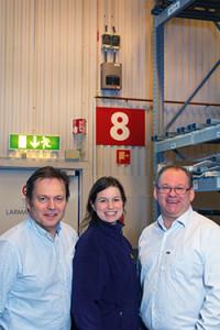 Thomas Lindberg, Elektroskandia, Lina Sjöström Risbecker, operations manager vid IKEA Gävlesamt Thomas Rosén, JT Security, på Tag-det-själv lagret. I bakgrunden syns de samplandedetektorerna till brandlarmet SecuriFire.