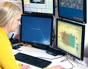 Med hjälp av det överordnade grafiska systemet Alvis har Jenny Eriksson, HR generalist och utrymningsledare vid IKEA Gävle, full kontroll över anläggningen.