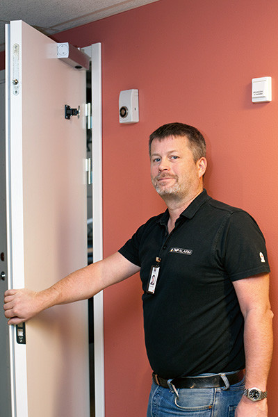 Thomas Isaksson visar de adresserbara och slingmatade dörrhållarmagneterna.