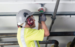 Installatör kopplar in Securifire brandlarm