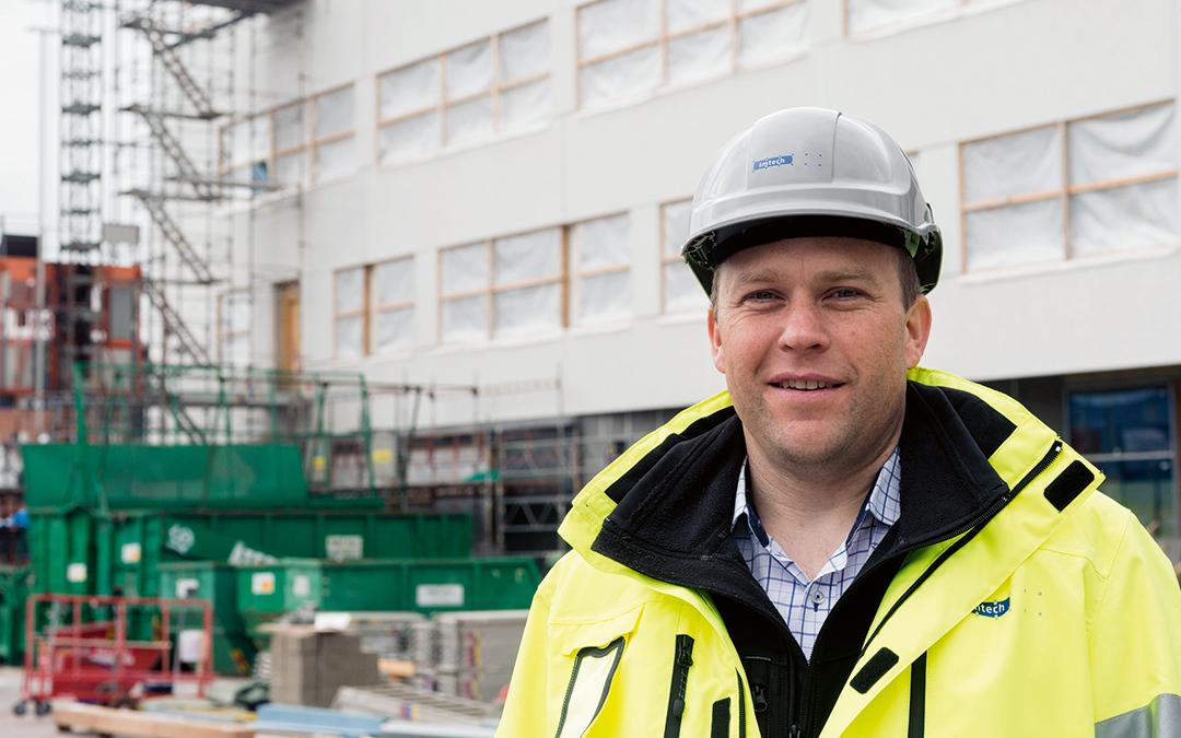 Magnus Högh, projektledare på Imtech Elteknik, Region Säkerhet står framför Sahlgrenska Sjukhuset.