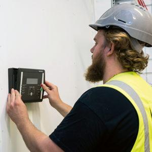 Victor Gunnarsson monterar SecuriFire brandförsvarstablå.